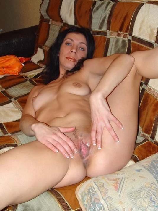 Брюнетка раздвинула ноги и показала свои прелести между ними