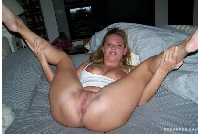 Милфа раздвинула ноги и показала все свои женские прелести между ними