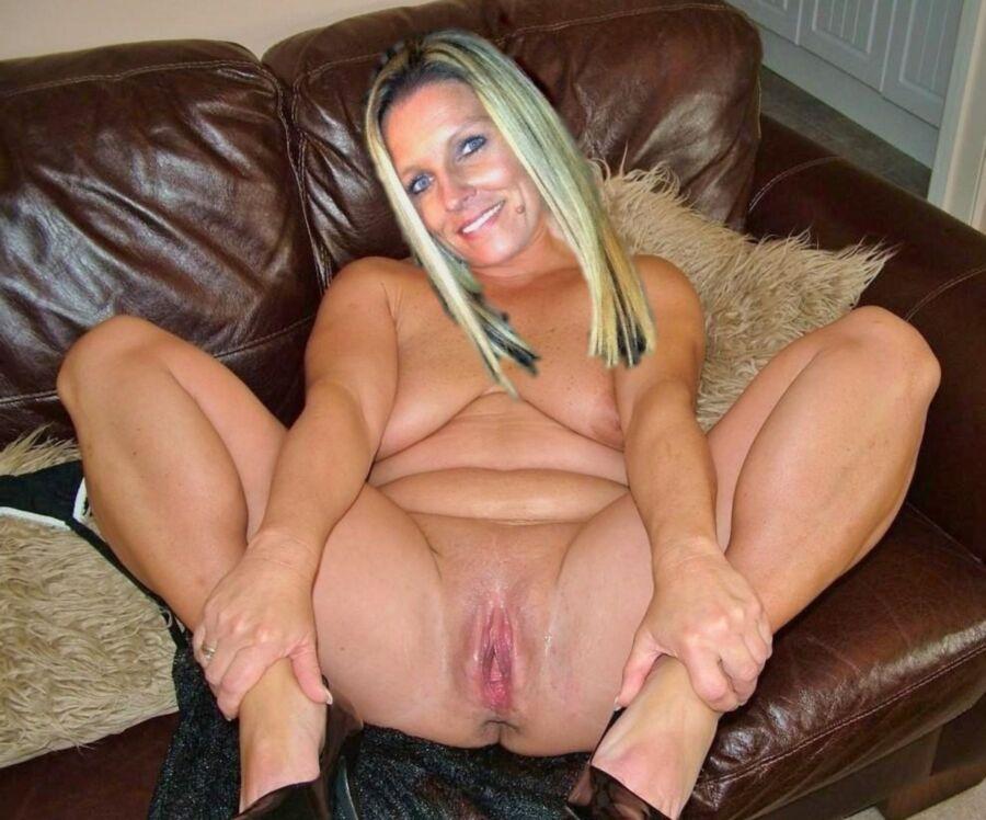 Милфа в возрасте, лежит голая на диване, раздвигая ноги