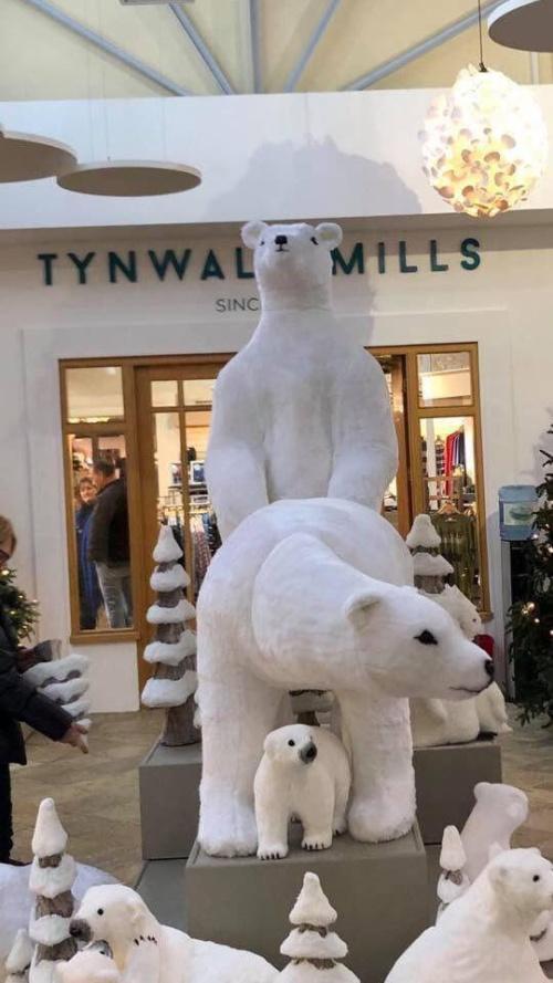 Прикольная рождественская инсталляция в торговом центре (4 фото)