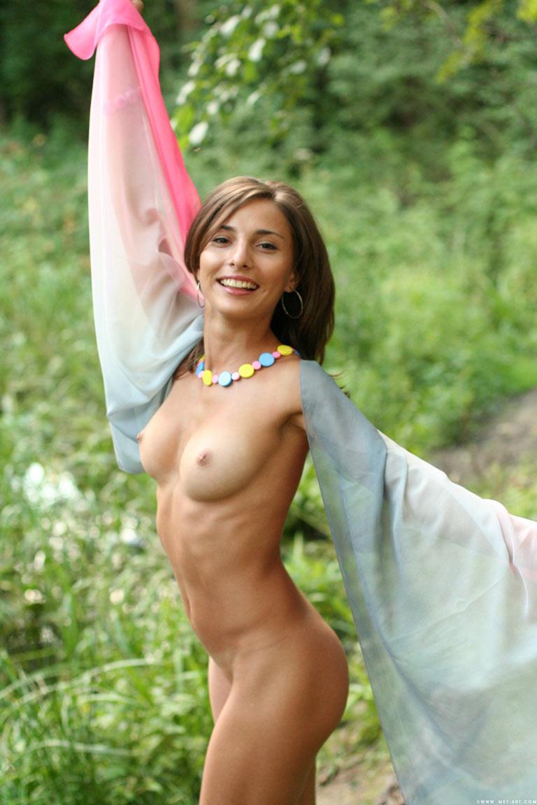 Красивые фото ню (16 фото). Красивая девушка позирует в лесу топлесс