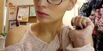 Селфи девушек, которым нечем заняться на работе (18 фото)