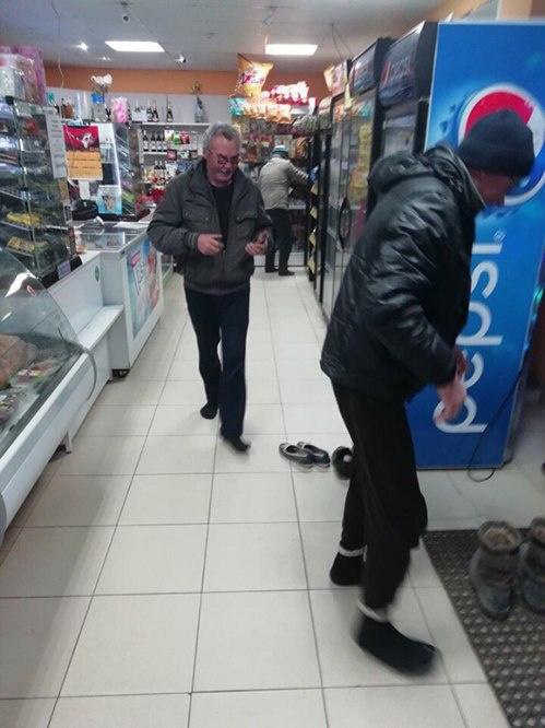 Суровая уборщица вымыла пол в магазине под Нижним Новгородом (4 фото)