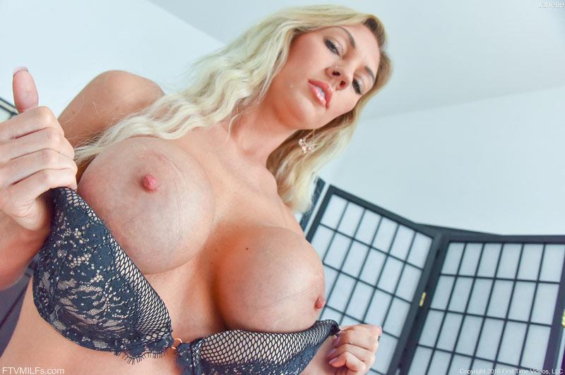 Голые фото сексуальной женщины с большой силиконовой грудью (15 фото)