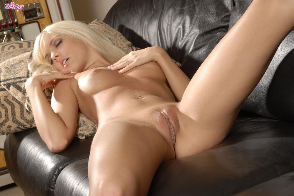Блондинка спит раздвинув ноги