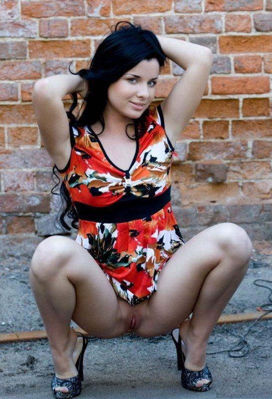 Брюнетка в пестром платье