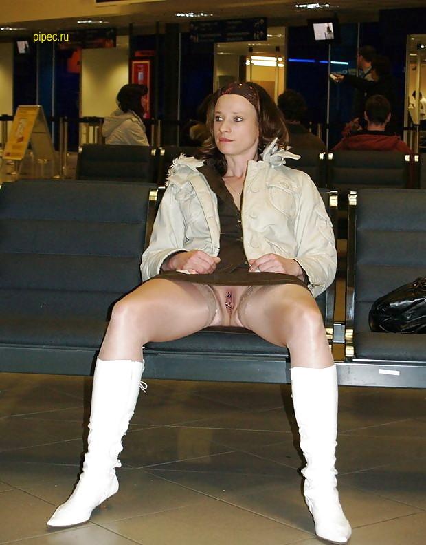 В аэропорту в зале ожидания