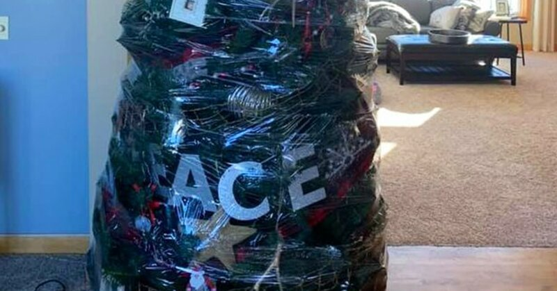 Женщина придумала ленивый способ уборки новогодней ёлки (3фото)