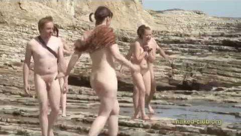 Обнаженные девушки на нудистском пляже (видео)