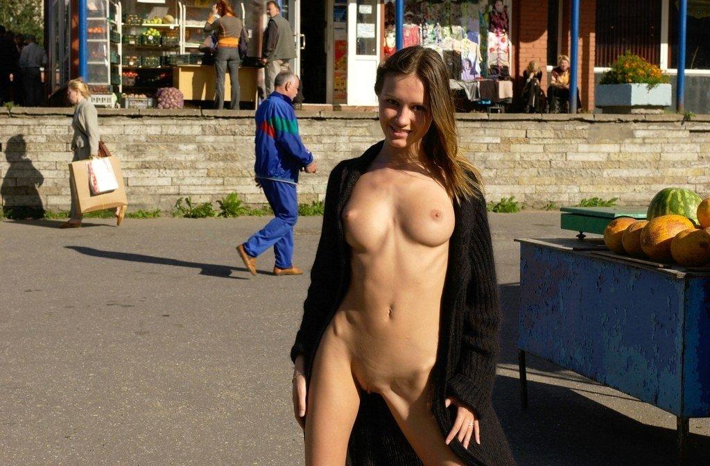 Хуй большими девки голые на улицах трахает телку