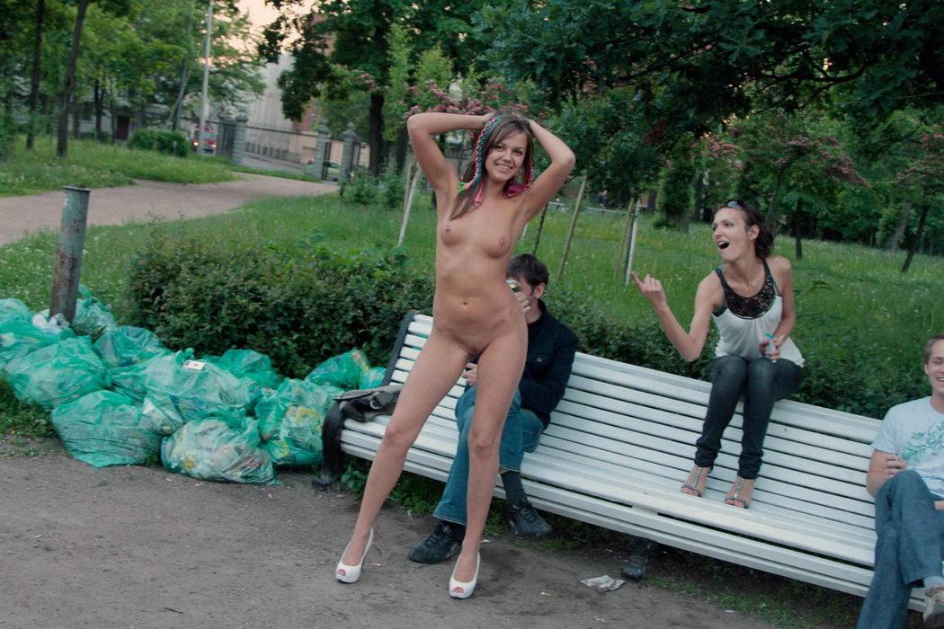 Две нежные голые девушки самары прилюдно порно