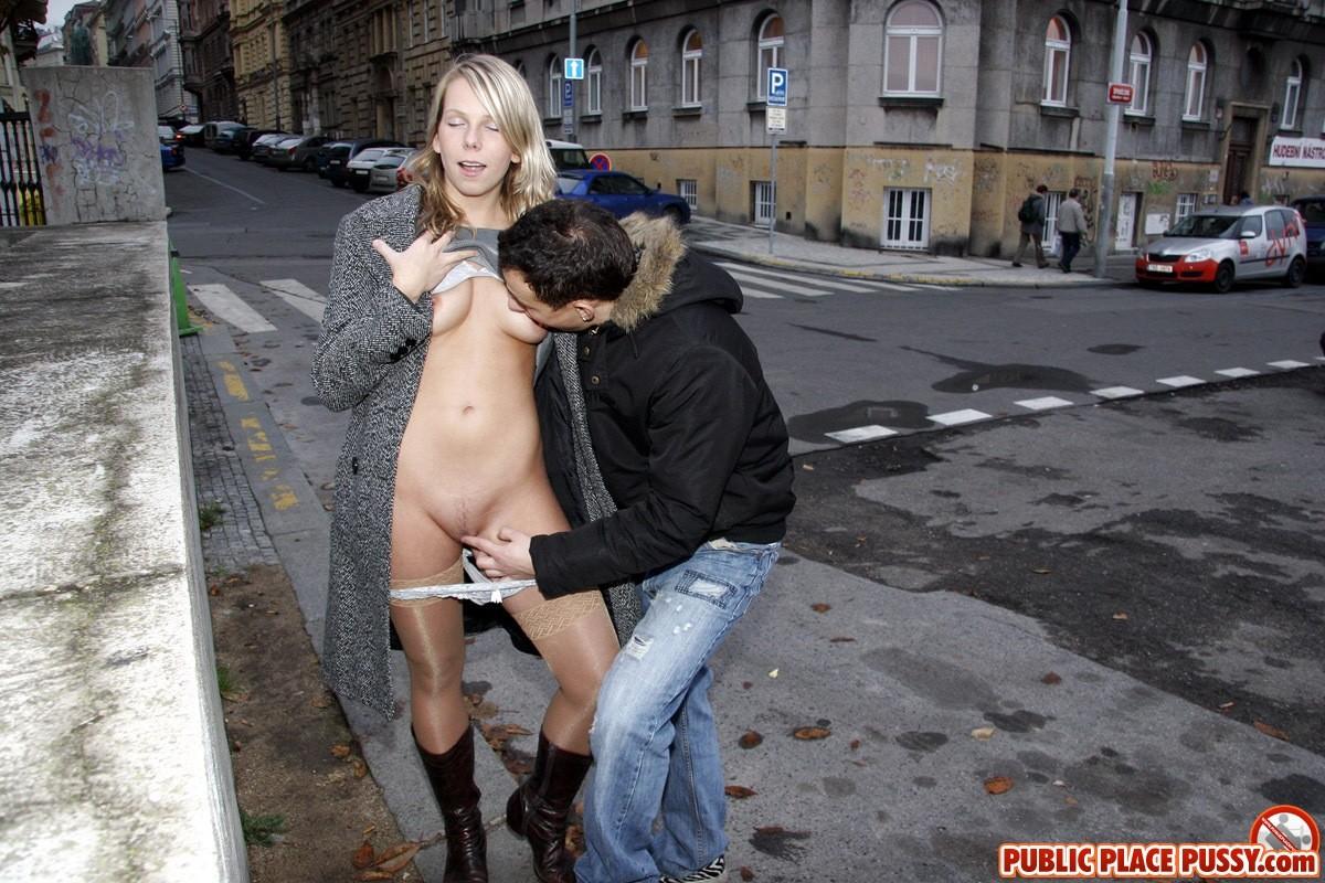Парень ласкает сучку пальцами и сосет ее сосок посреди улицы