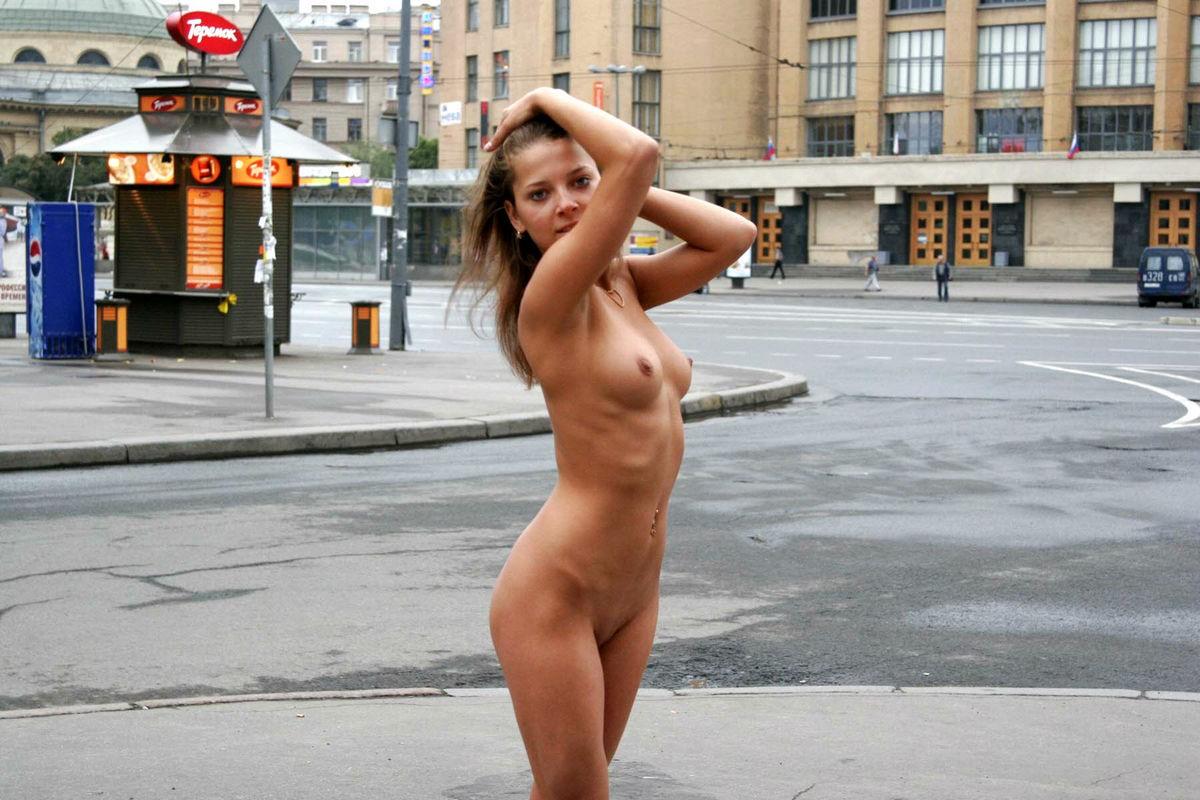 голые на улице раздевают - 9