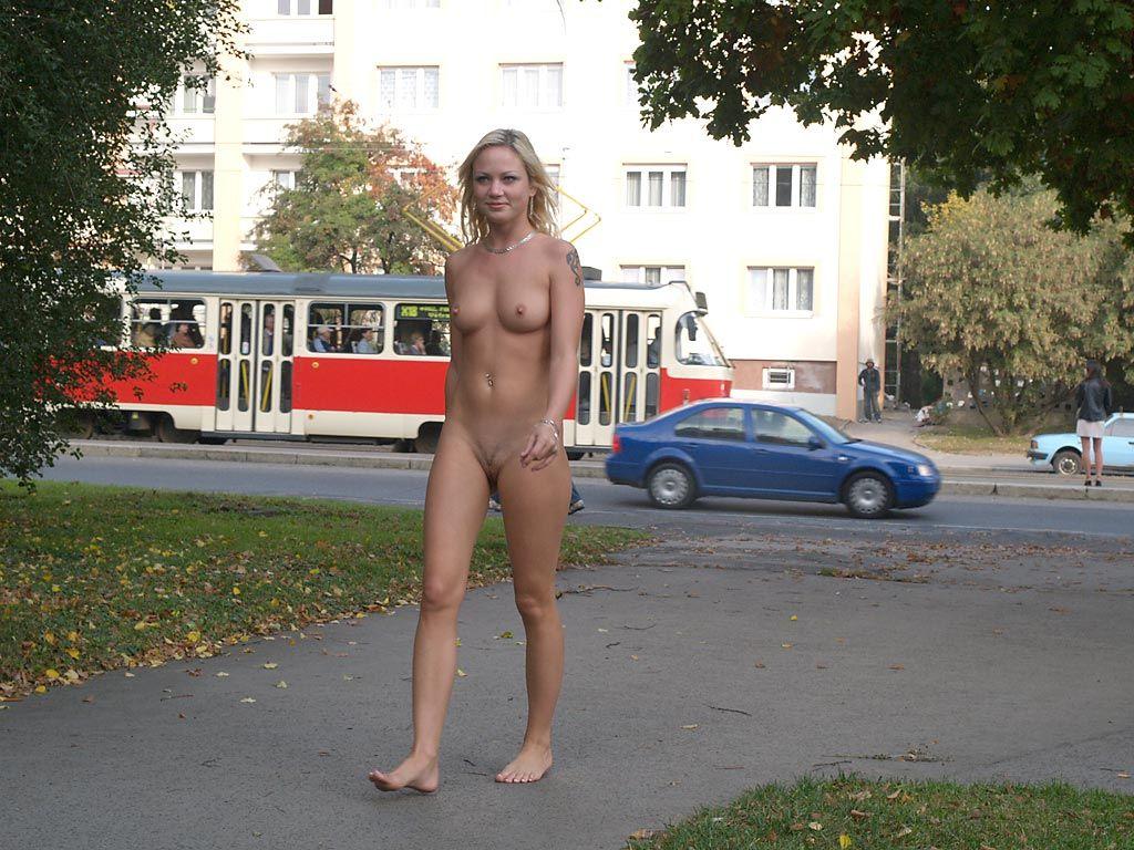 голые бабы ходят на улице вот