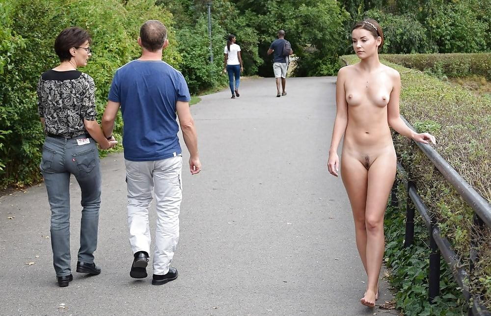 Прогуливается обнаженной по парку