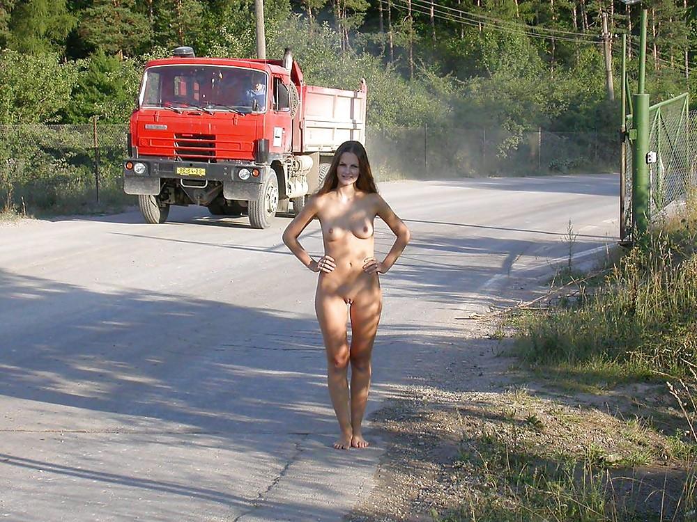 Гуляет по проселочной дороге, соблазняя водителей