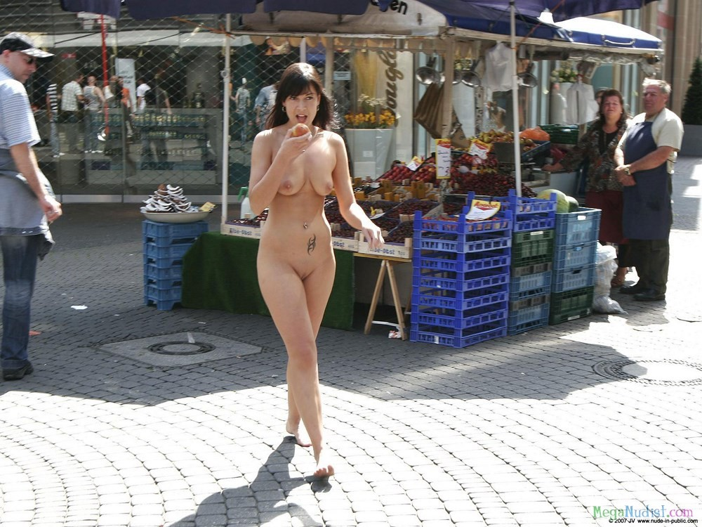 Заскочила на рынок за персиком