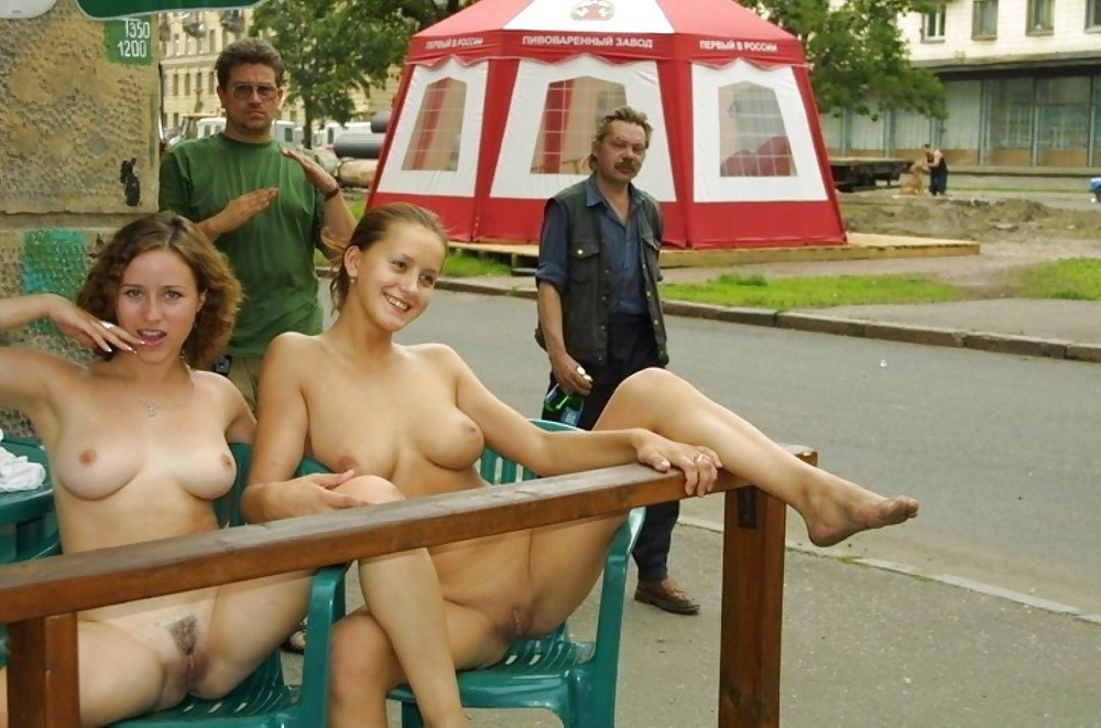 Телочки в кафе на стульях раздвинули ножки