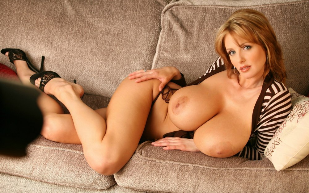exhib-busty-adult-models