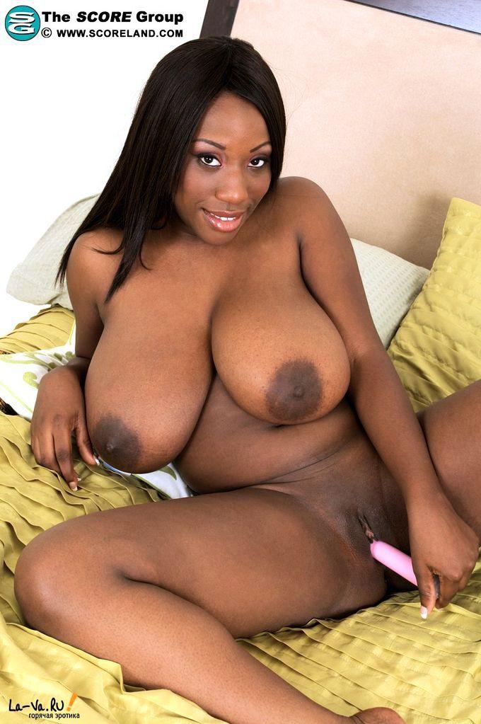 Негритянка мастурбирует голышом
