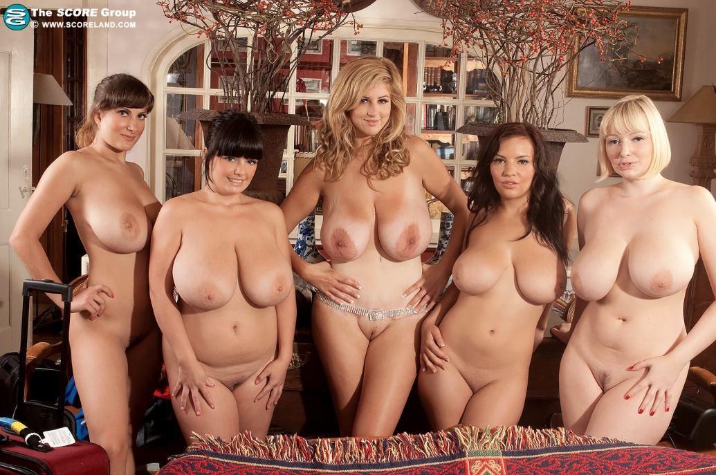 Пять обнаженных мамочек в комнате