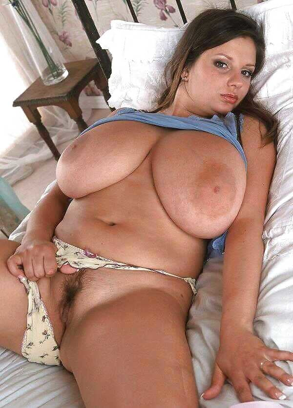 Пошлячка показывает свои прелести в постеле