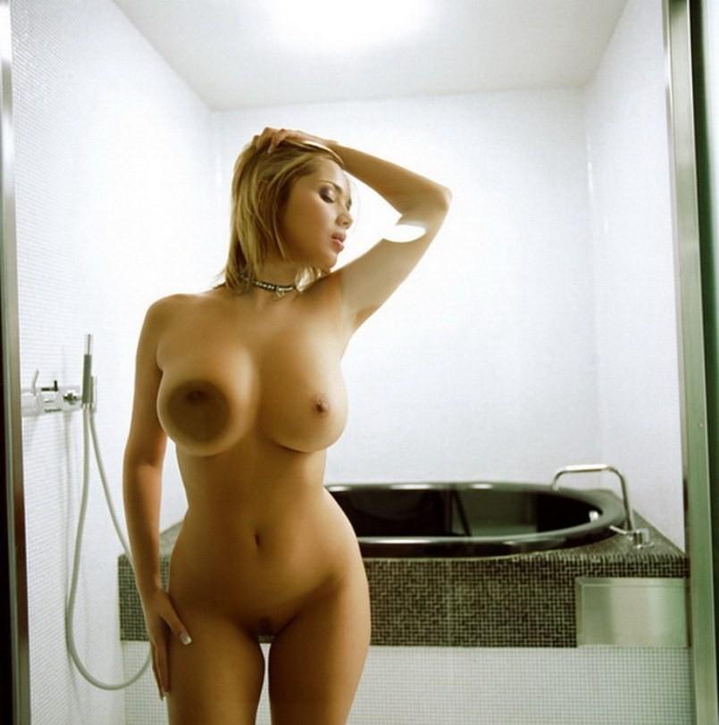 Уперлась сиськами в стекло двери ванной комнаты