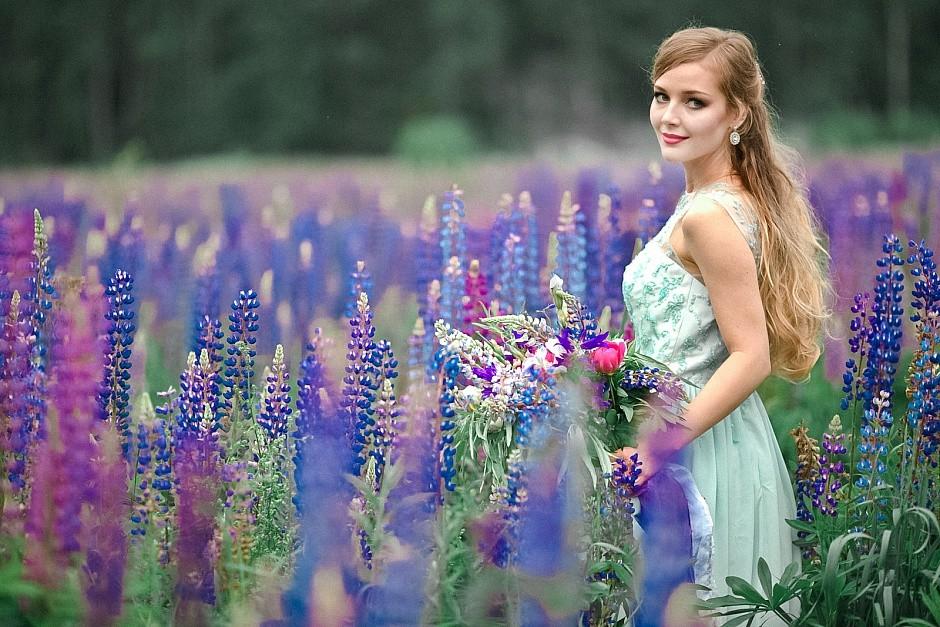 Русская красавица среди полевых цветов