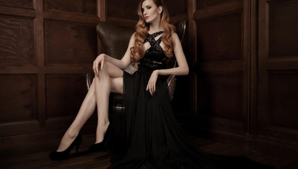 Стильная женщина в кожаном кресле