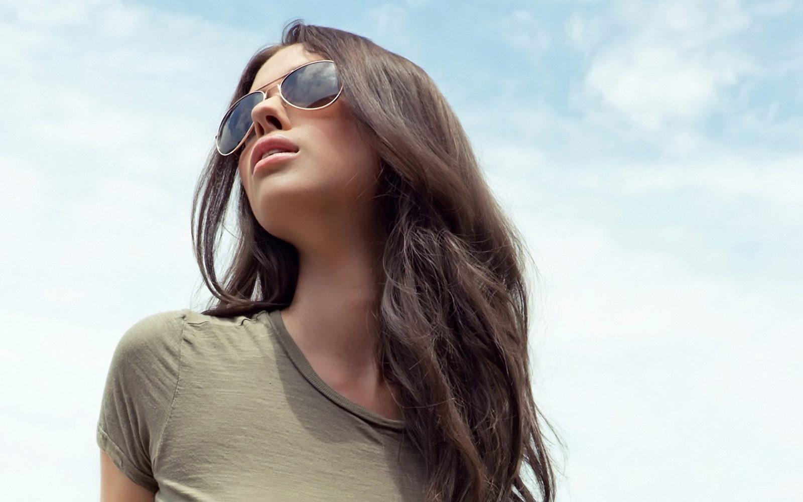 Красавица в стильных солнцезащитных очках