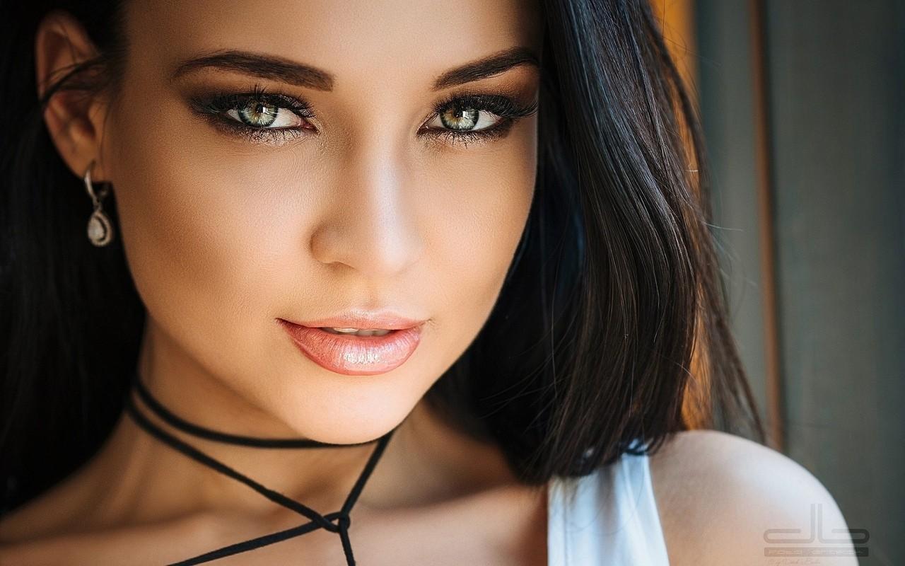 Сексуальная брюнетка с пухлыми губами и необычным разрезом глаз