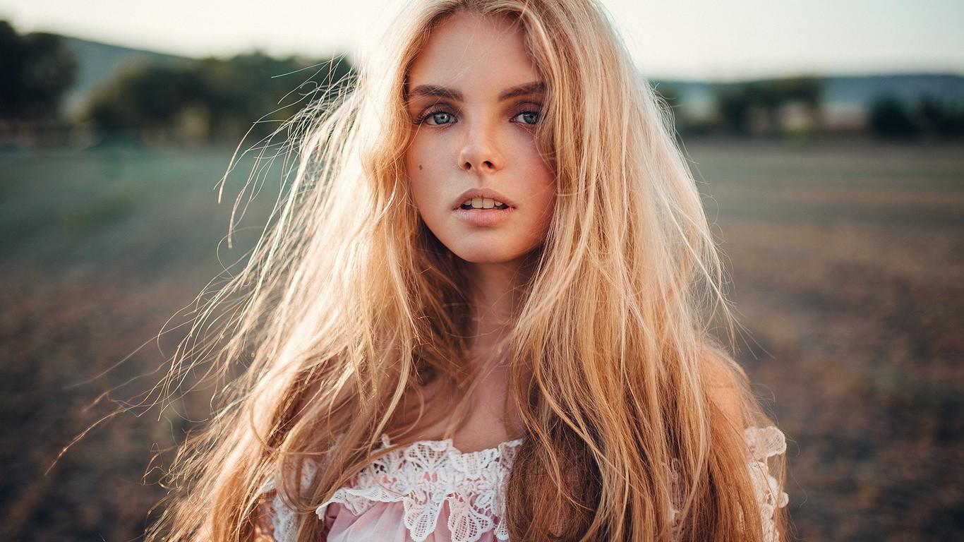 недобритые крошечные фото девушки с красивой внешностью блондинки были
