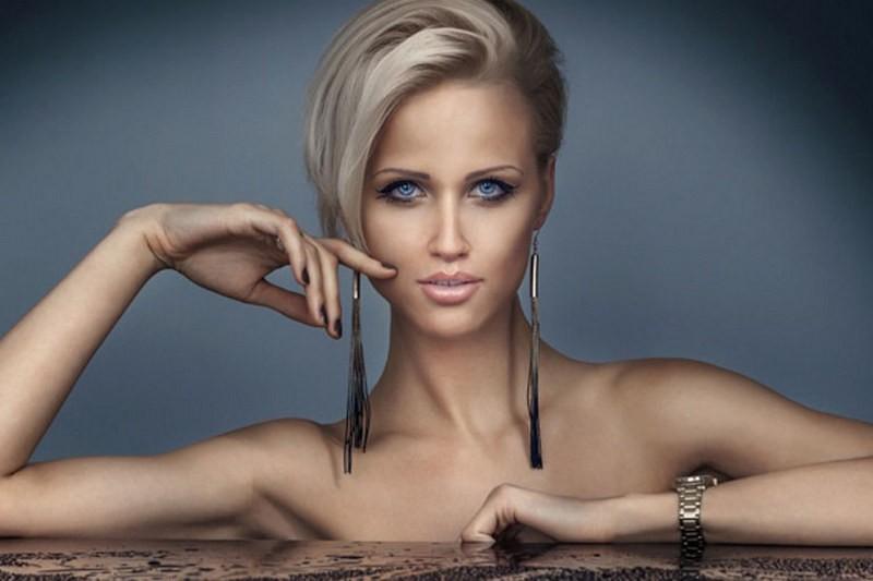 Очаровательная блондинка с восхитительными и бездонными голубыми глазами