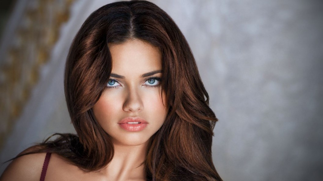 Милое лицо и сексуальные губы самой красивой женщины