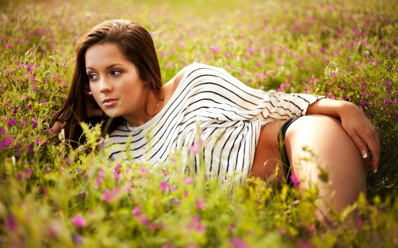 Брюнетка в поле среди цветов
