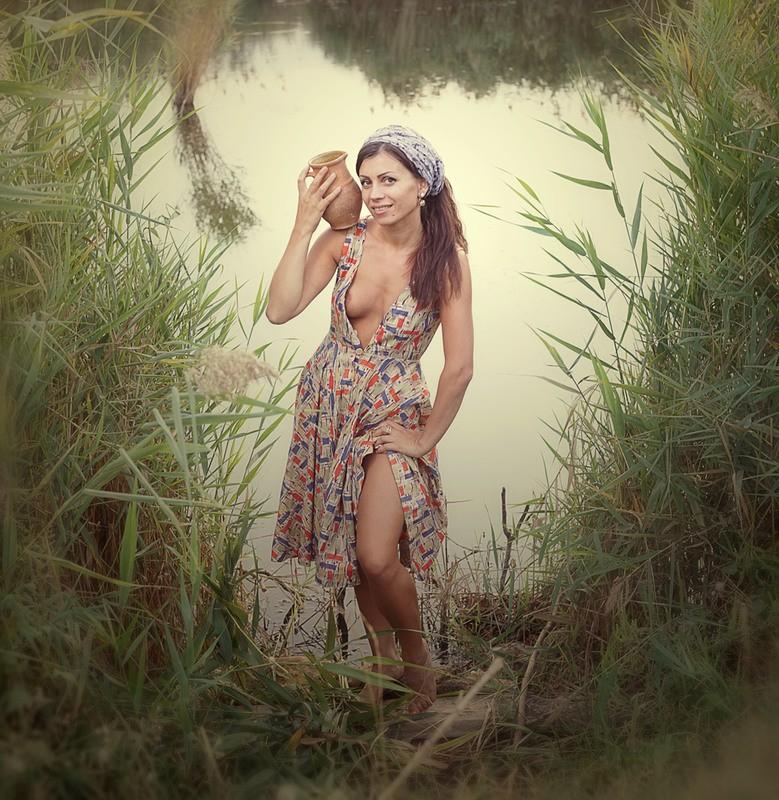 Русская красавица с кувшином воды и платочком на голове