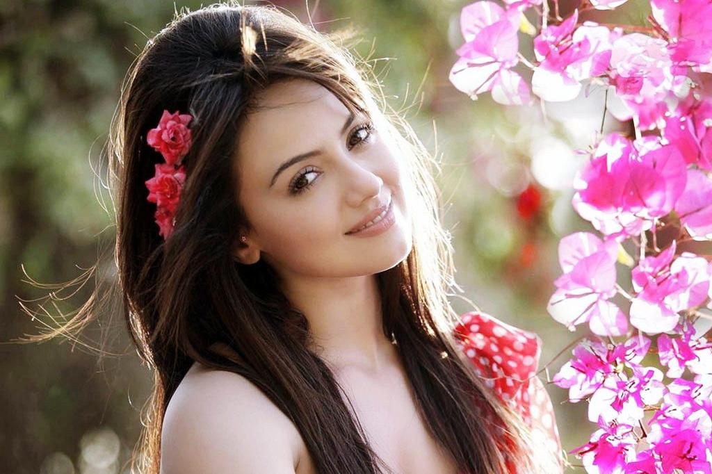 Азиатская красавица среди цветов сакуры