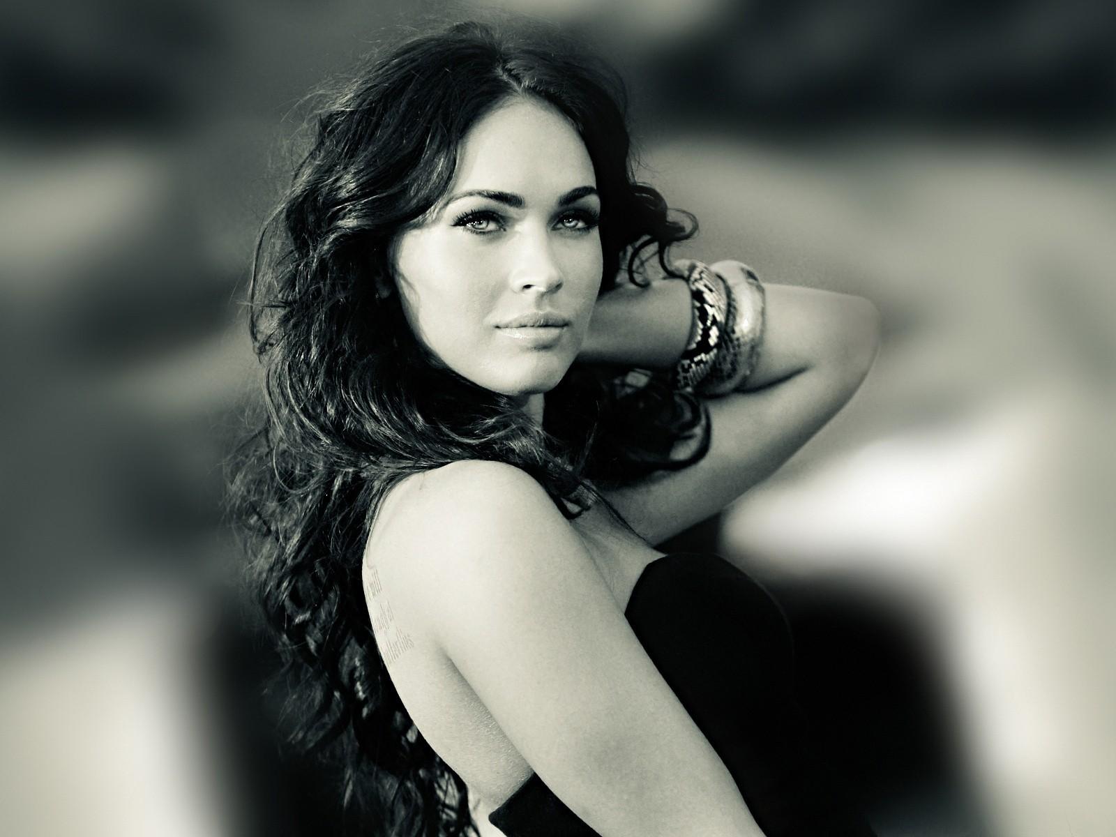 Красивое черно-белое фото топ-модели и голливудской актрисы Меган Фокс