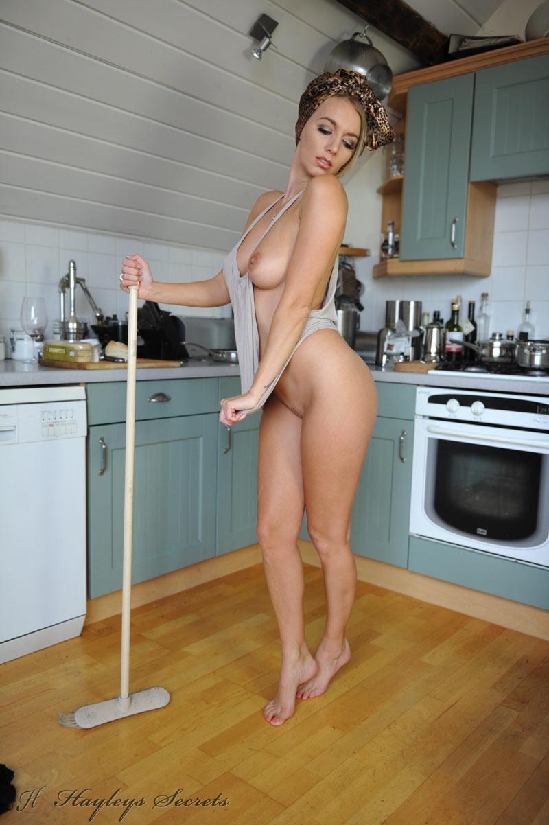 Голые домохозяйки за домашними делами (37 фото)