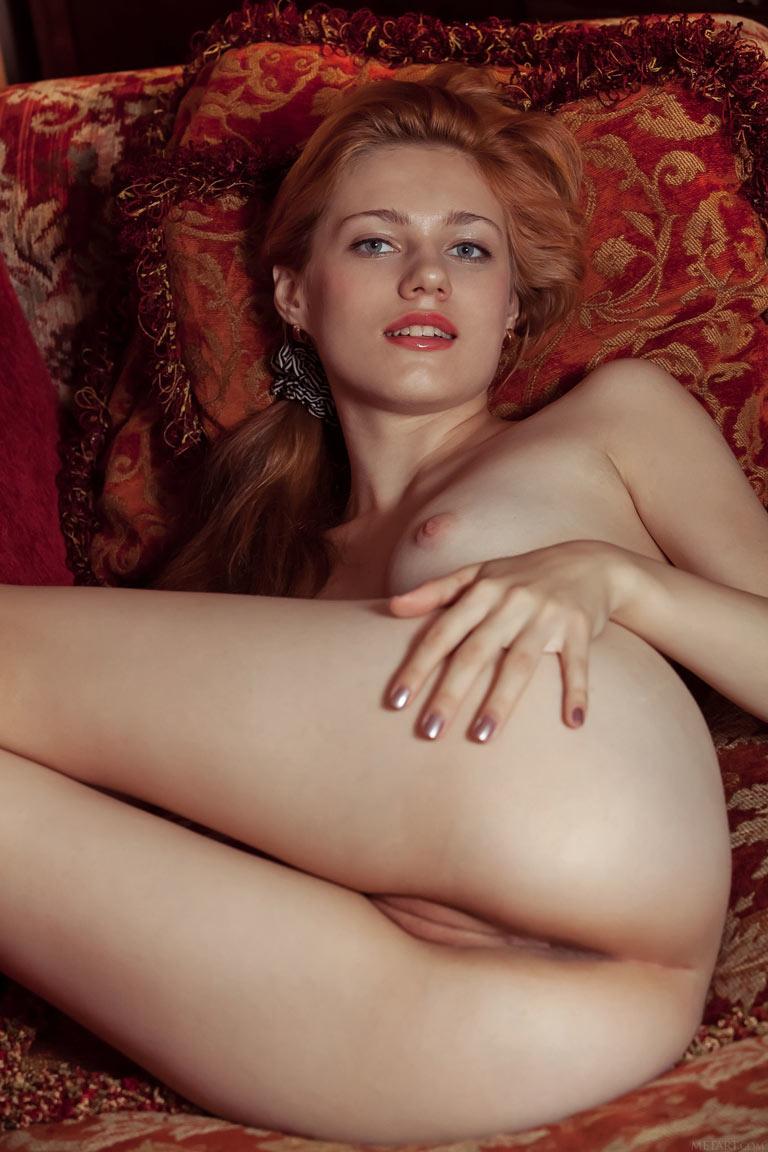 Рыжая девушка в платье без трусов