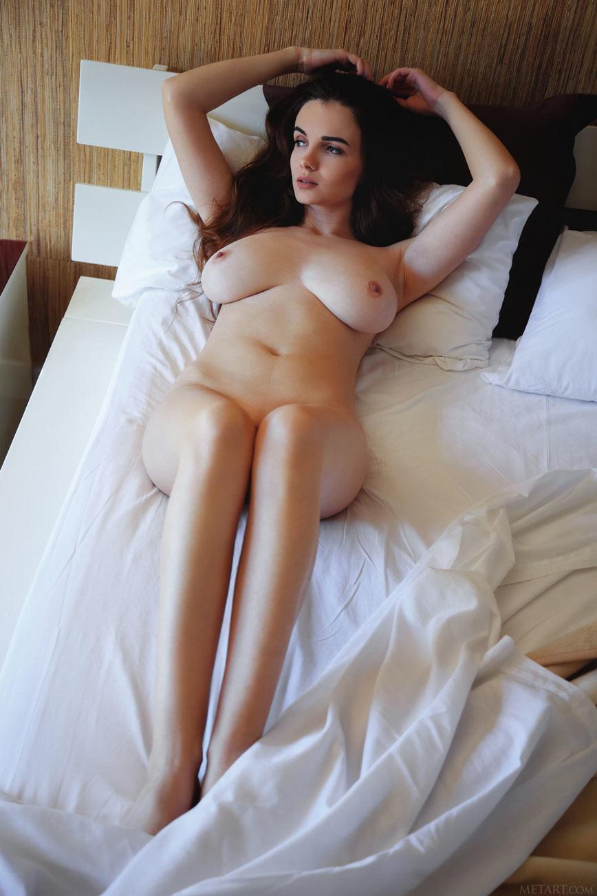 Красивая девушка с большой натуральной грудью