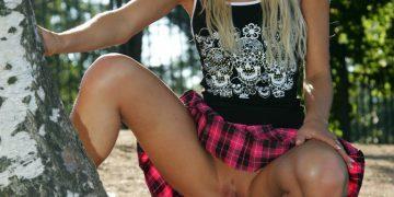 Русская блондинка в клетчатой юбке без трусиков