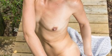 Голая женщина с маленькой грудью (16 фото)