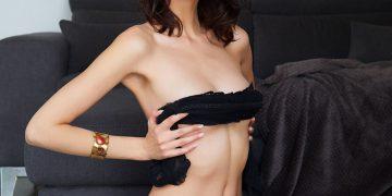 30-летняя дама показывает свои женские прелести (15 фото)