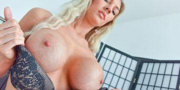 Голая женщина с большой силиконовой грудью (15 фото)