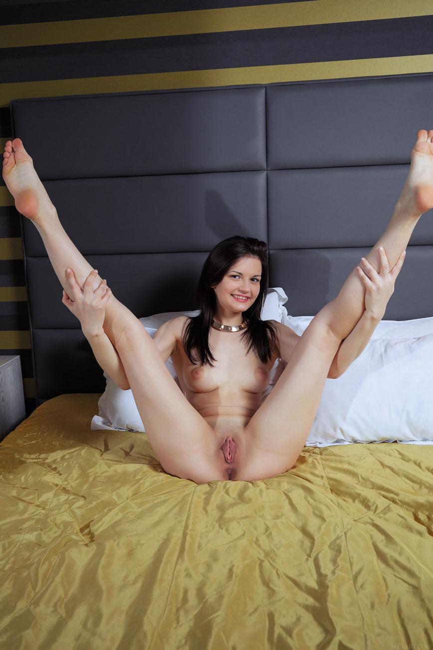 Обнаженная женщина с красивой фигурой в спальне (16 фото)